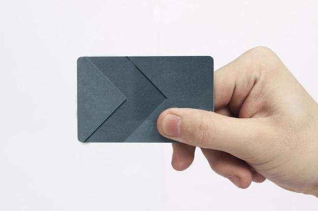 Ręka trzyma projekt plastikowej karty bankowej puste karty kredytowej