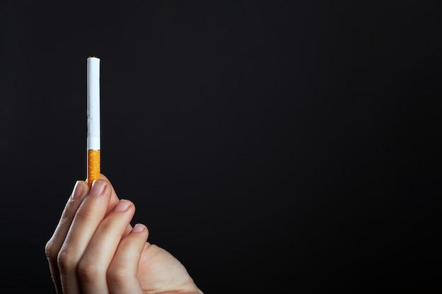 Ręka trzyma przestrzeń papierosów.