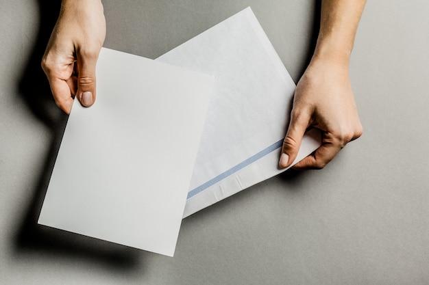 Ręka trzyma puste koperty