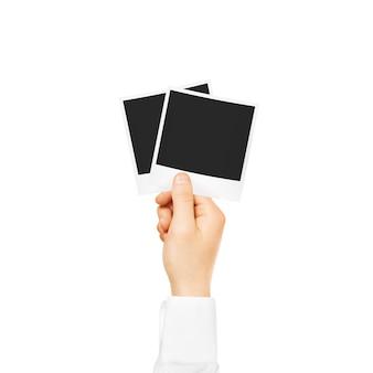 Ręka trzyma puste zdjęcie ramki makieta na białym tle