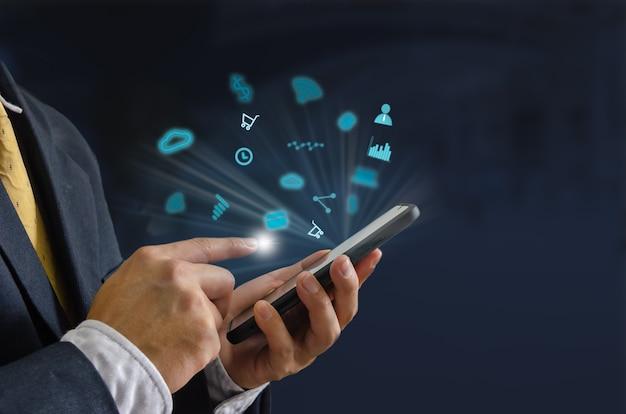 Ręka trzyma smartfon z koncepcją ikony.