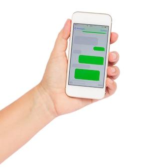 Ręka trzyma smartphone z pustymi chmurami sms na białym tle w tle