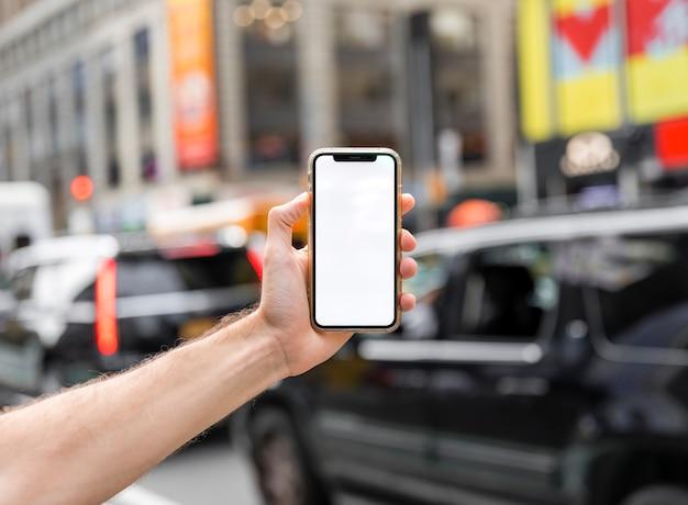 Ręka trzyma smatphone makiety