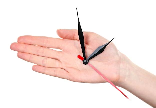 Ręka trzyma strzałki zegara na białym tle