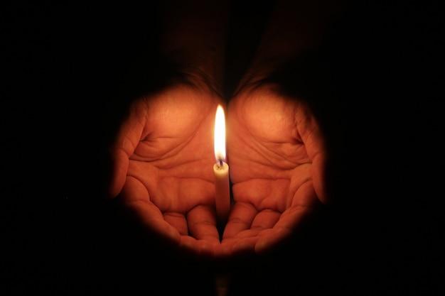 Ręka trzyma świecę