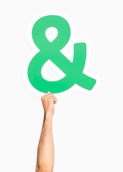 Ręka trzyma symbol ampersand