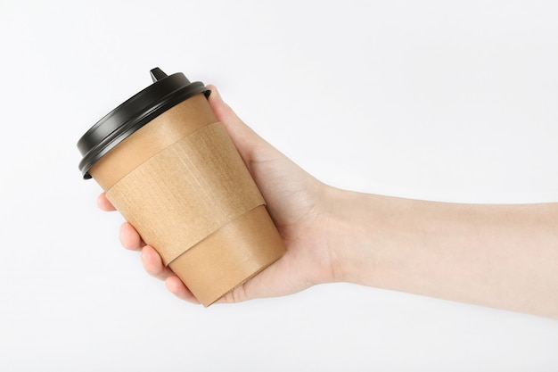 Ręka trzyma szklankę z kawą. recykling i koncepcja bez plastiku.