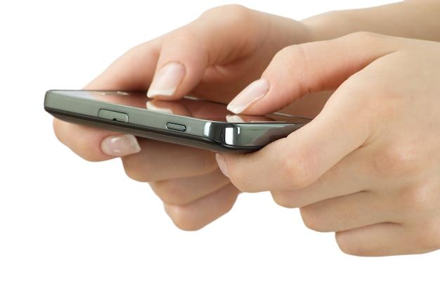 Ręka trzyma telefon komórkowy na białym tle