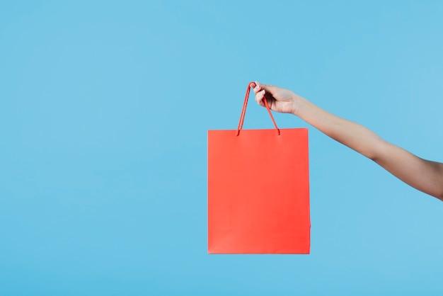 Ręka trzyma torbę na zakupy