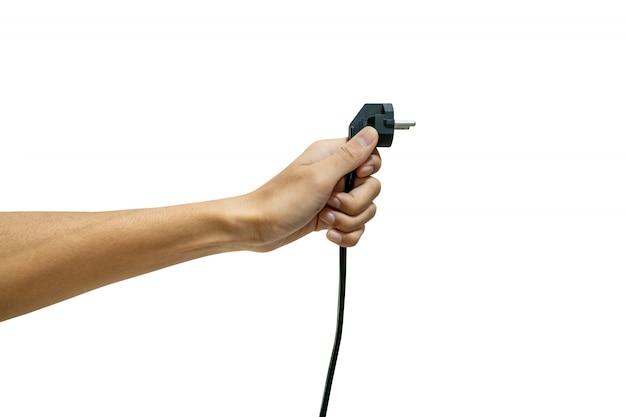 Ręka trzyma wtyczkę elektryczną izolowaną z białym tłem.