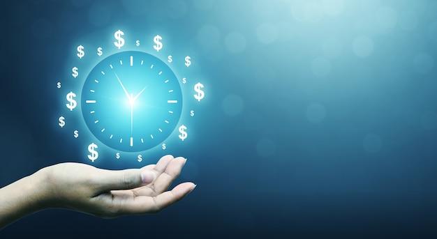 Ręka trzyma znak zegar koncepcja biznesowy czas to pieniądz