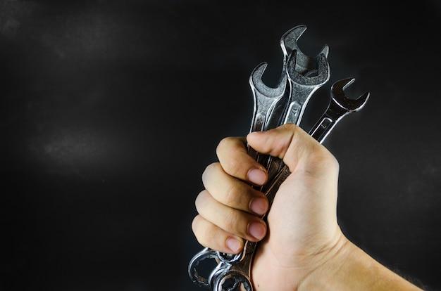 Ręka trzymać klucz na blackground