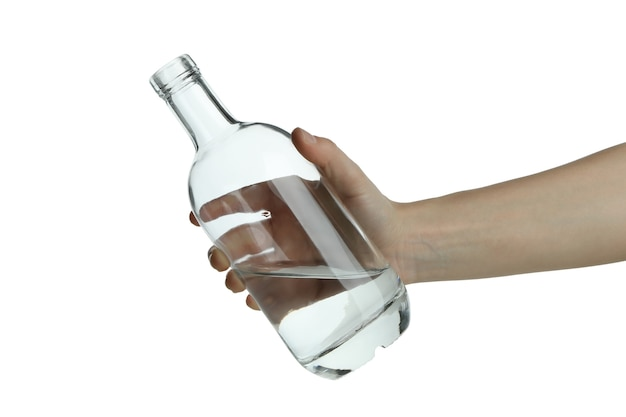 Ręka trzymać pustą butelkę wódki, na białym tle