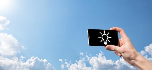 Ręka trzymać żarówkę. trzyma w dłoni świecącą ikonę pomysłu. z miejscem na tekst.koncepcja pomysłu na biznes.koncepcje innowacji, burzy mózgów, inspiracji i rozwiązań