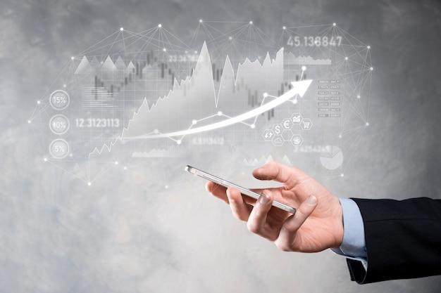 Ręka trzymaj dane dotyczące sprzedaży i wykres wykresu wzrostu gospodarczego. planowanie i strategia biznesowa. analiza obrotu giełdowego. finanse i bankowość. technologia marketingu cyfrowego. plan zysku i wzrostu.