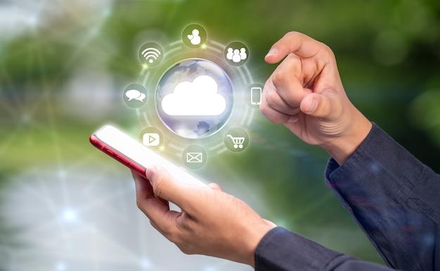 Ręka trzymająca cyfrowy świat z ikonami inteligentnych usług internet of thing concept