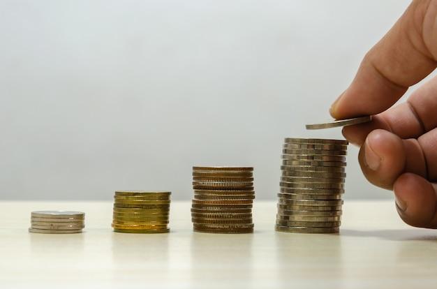 Ręka trzymająca monetę. koncepcja biznesowa oszczędzania pieniędzy. planowanie finansowe i inwestycyjne na przyszłość.
