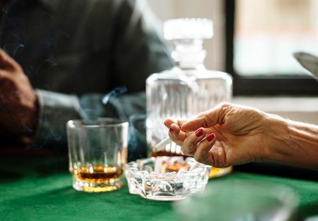Ręka trzymająca papierosa