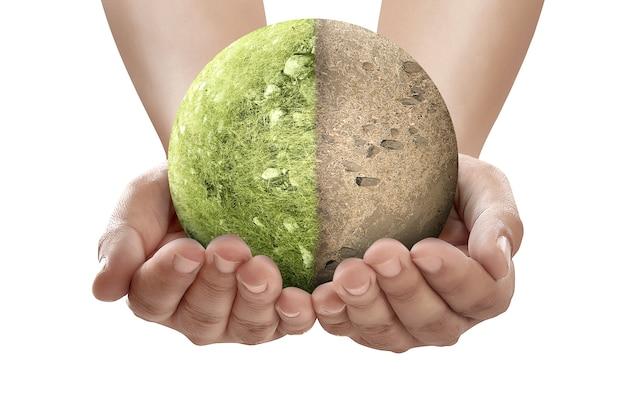 Ręka trzymająca różnicę z ziemi suszy i żyznej gleby na polu na ziemi
