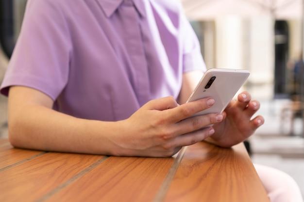 Ręka trzymająca smartfon z bliska