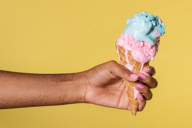 Ręka trzymająca topniejące lody
