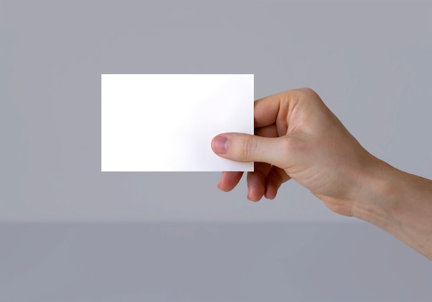Ręka trzymająca wizytówkę