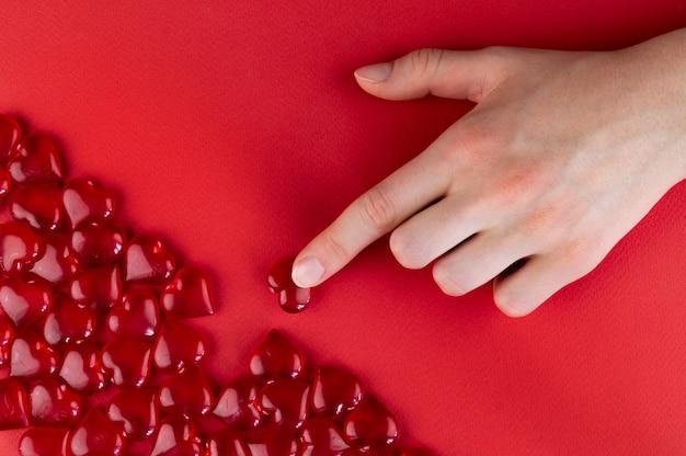 Ręka uzupełnia brakujący element miłości