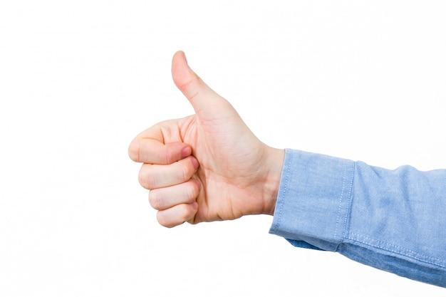 Ręka w błękitnej koszula z kciukiem up na białym tle. odosobniony.