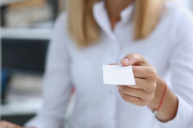 Ręka w kolorze daje pustą kartę telefoniczną do gościa płci męskiej