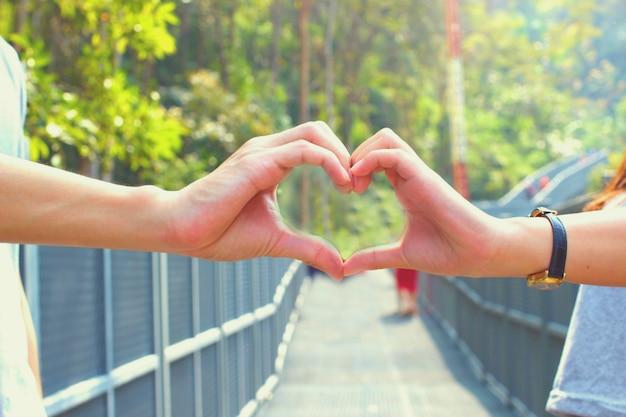 Ręka w kształcie serca z selektywnej ostrości na rękę