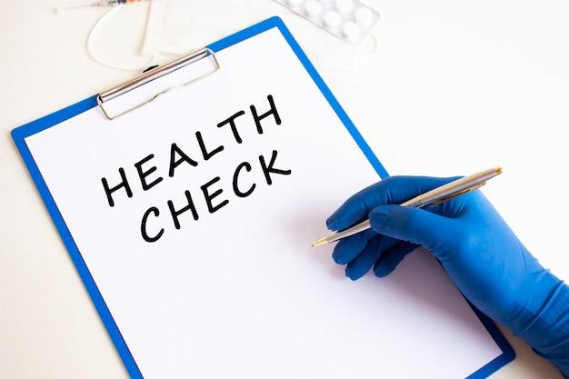 Ręka w rękawicy medycznej sprawia, że napis w dokumencie. pojęcie medyczne.