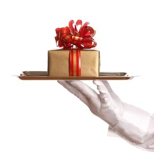 Ręka w rękawiczce trzymająca srebrną tacę z pudełkiem na białym tle