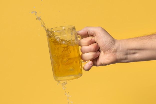 Ręka widok z przodu z kufel piwa