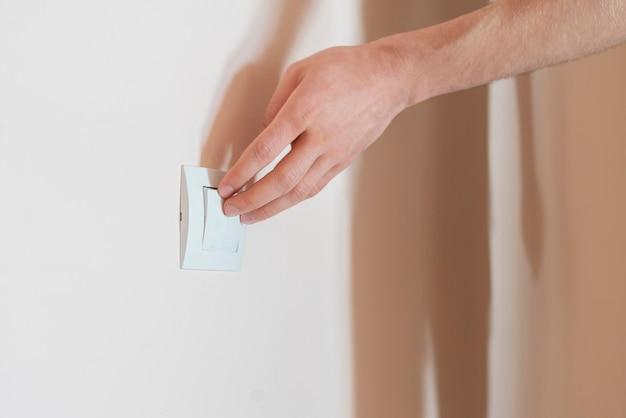 Ręka włącz włącznik zasilania, włącz światła w domu!