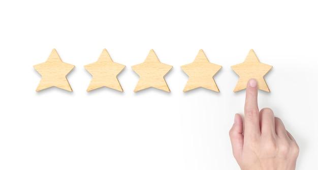 Ręka wprowadzania zwiększa pięciogwiazdkowy kształt. najlepsza ocena doskonałej jakości usług biznesowych