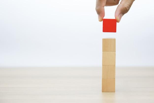 Ręka wybór drewnianego bloku bez grafiki.