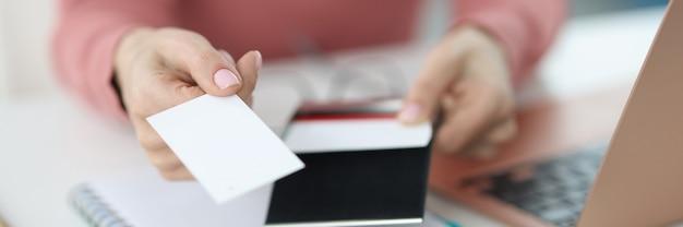 Ręka wyciąga wizytówkę w miejscu pracy. koncepcja drukowania i tworzenia wizytówek