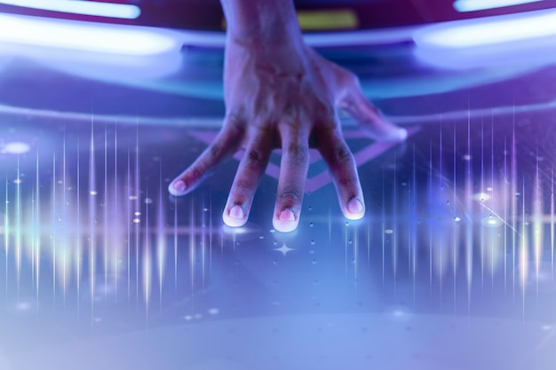 Ręka wykonawcy w technologii fali dźwiękowej dotykająca sceny zremiksowane media