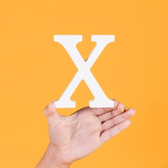 Ręka wyświetlono biały alfabet x