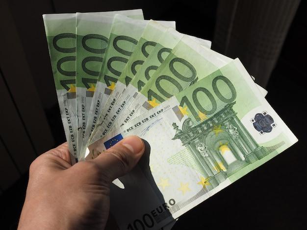 Ręka z banknotami euro, unia europejska