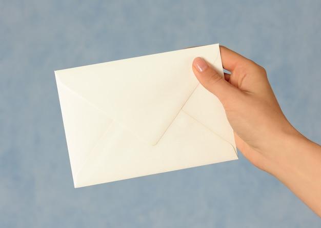 Ręka z białą kopertą