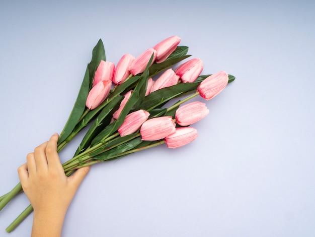 Ręka z bukietem tulipanów