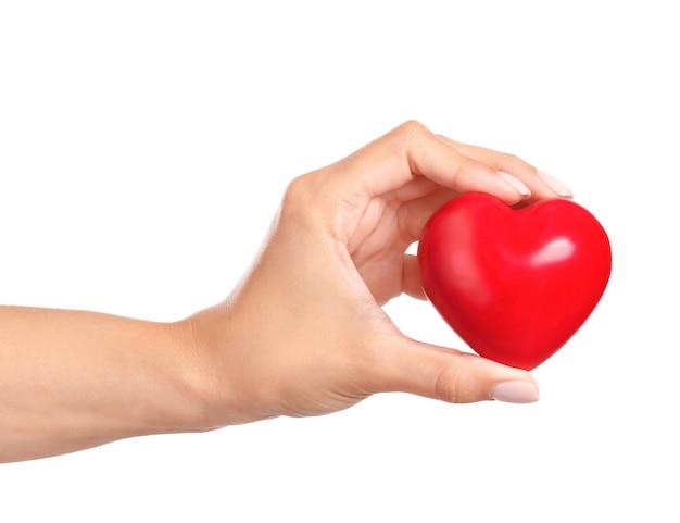 Ręka z czerwonym sercem na białym tle