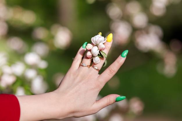 Ręka z jasnym manicure