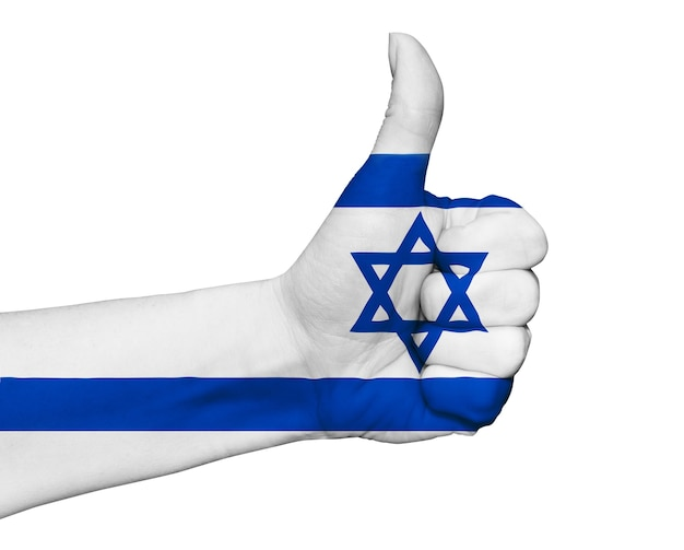 Ręka z kciukiem do góry pomalowane na kolory flagi izraela na białym tle