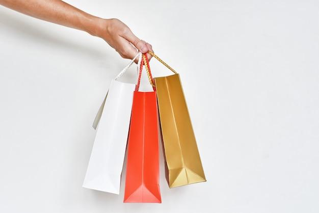 Ręka z kolorowe papierowe torby na zakupy