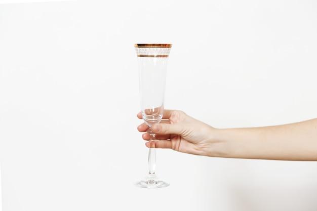 Ręka z lampką szampana co tosty na białym tle na białym tle. koncepcja wakacje nowy rok 2018.
