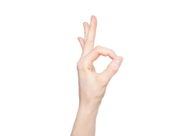 Ręka z ok gest na białym tle