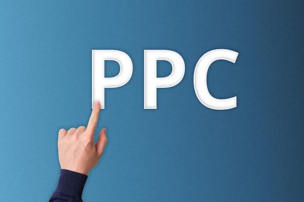 Ręka z palcem wskazującym naciska na ppc pay per click.