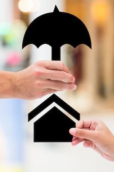 Ręka z parasolem i dom rysunku